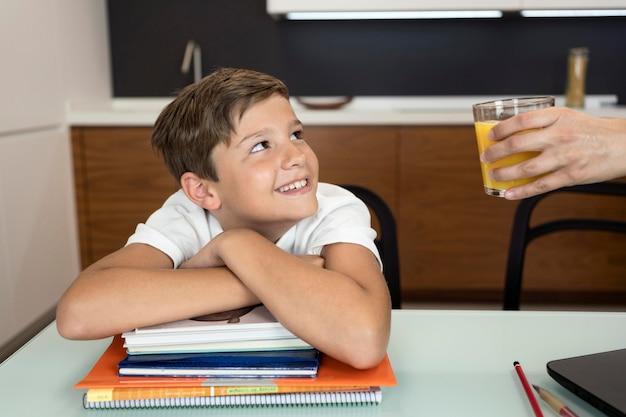 Retrato de menino sorridente, olhando para sua mãe Foto gratuita
