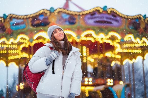 Retrato de moda ao ar livre estilo de vida de mulher deslumbrante, andando na cidade de férias. Foto Premium