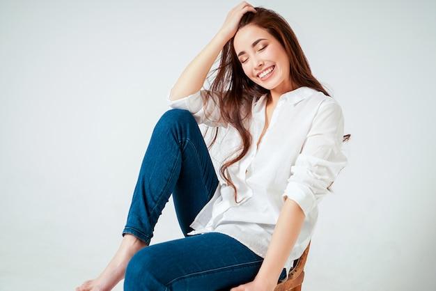 Retrato de moda beleza de sorridente sensual jovem mulher asiática Foto Premium
