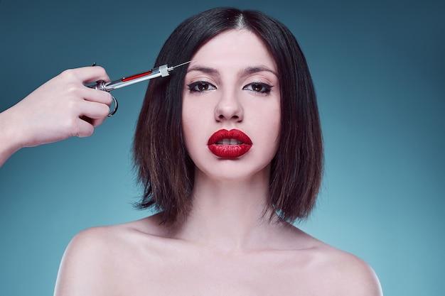 Retrato de moda jovem mulher com injetor Foto Premium