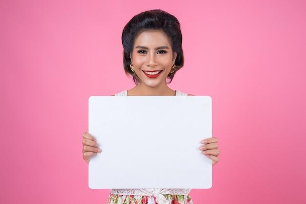 Retrato, de, moda, mulher, exibindo, bandeira branca Foto gratuita