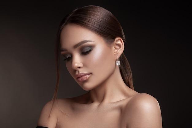 Retrato de modelo com maquiagem natural Foto Premium
