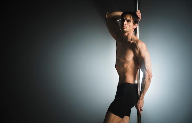 Retrato de modelo masculino atraente posando Foto gratuita