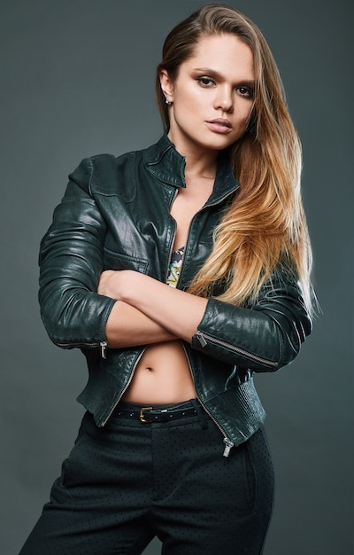 Retrato de modelo sexy vestindo jaqueta de couro Foto Premium