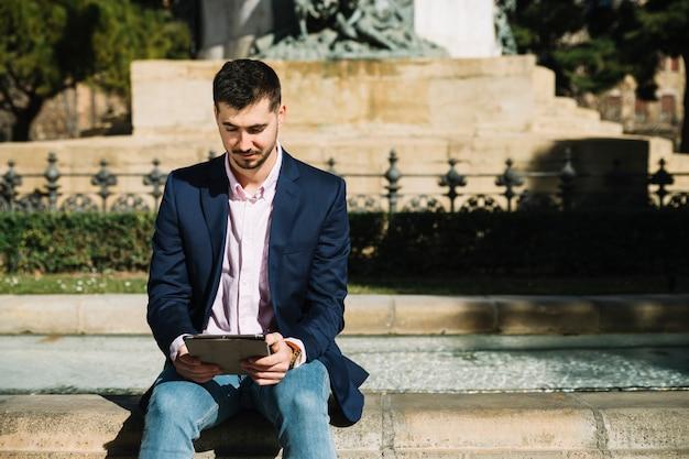 Retrato, de, modernos, homem negócios, ao ar livre Foto gratuita