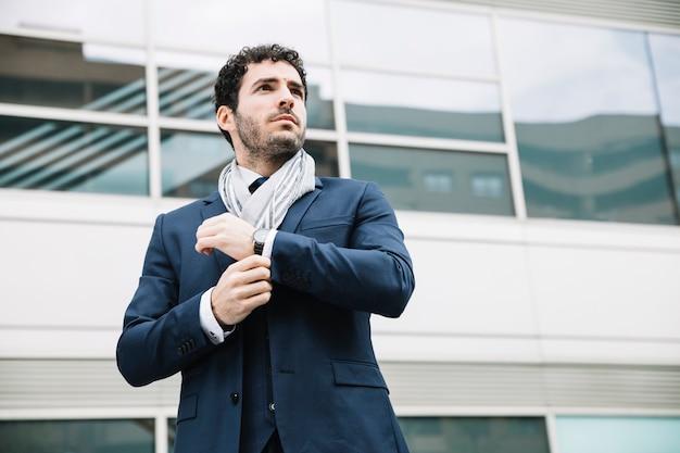 Retrato, de, modernos, homem negócios, frente, predios Foto gratuita