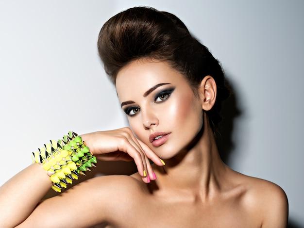 Retrato de mulher bonita e fashion usando pulseira com espinhos Foto gratuita