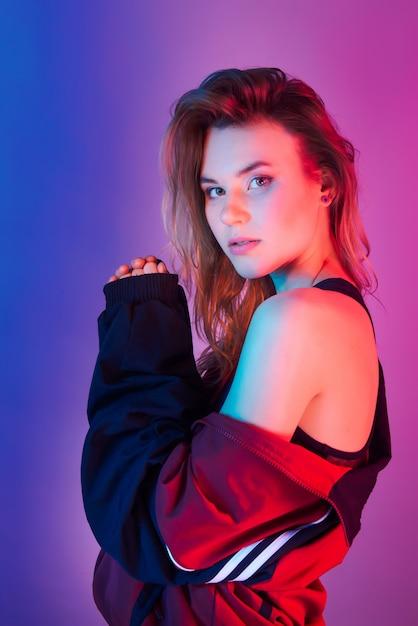 Retrato de mulher bonita em estilo retro na luz de neon Foto Premium