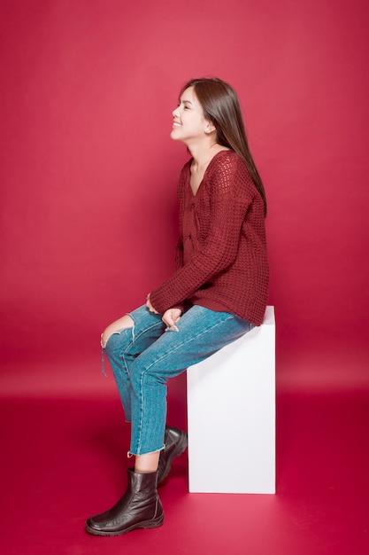 Retrato de mulher bonita em estúdio no vermelho Foto Premium