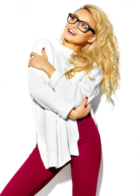 Retrato de mulher bonita feliz doce sorridente mulher loira bonita roupa casual hipster elegante camisola branca quente, em copos Foto gratuita