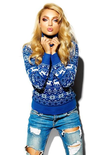 Retrato de mulher bonita feliz sorridente mulher loira doce em roupas de inverno quente casual hipster, em camisola azul Foto gratuita