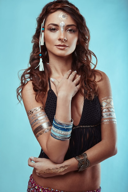 Retrato de mulher bonita jovem hippie muamba Foto Premium