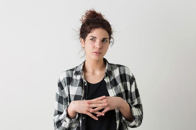 Retrato de mulher bonita jovem hippie na camisa quadriculada pensando, tendo um problema, posando isolado Foto gratuita