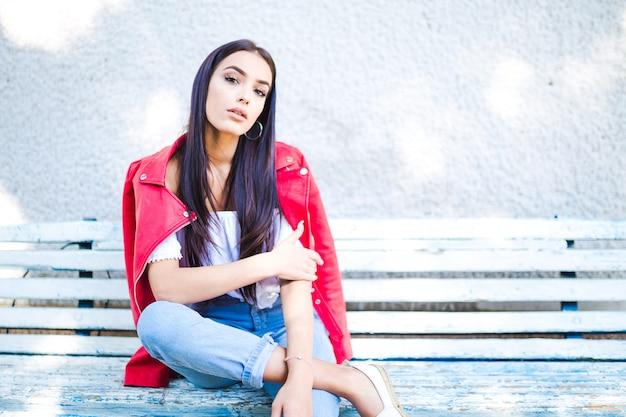 Retrato, de, mulher bonita, sentar-se banco, parque Foto Premium