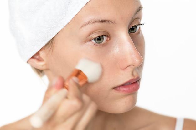 Retrato, de, mulher branca, fazendo, dela, diariamente, maquiagem, rotina Foto gratuita