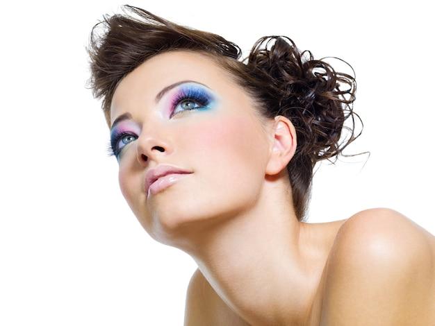Retrato de mulher com bela maquiagem glamourosa Foto gratuita