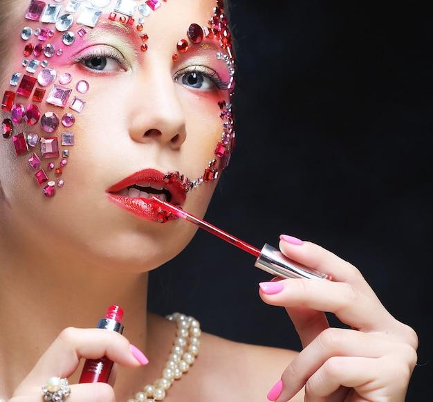 Retrato de mulher com maquiagem artística. imagem de luxo. Foto Premium