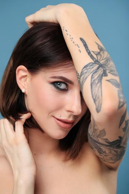 Retrato de mulher com tatuagem Foto gratuita