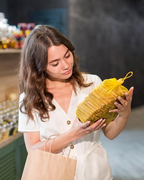 Retrato de mulher comprando produtos bio Foto gratuita