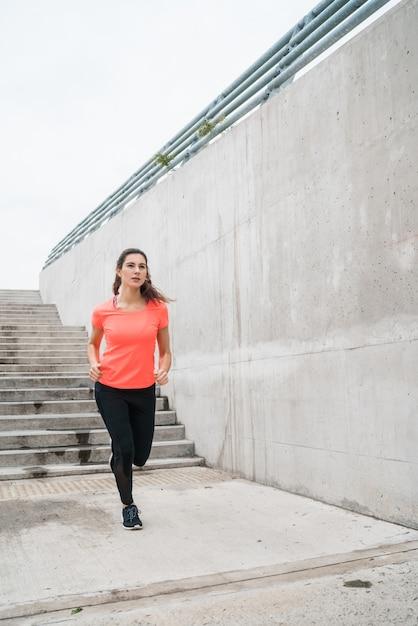 Retrato de mulher de aptidão correndo. Foto gratuita