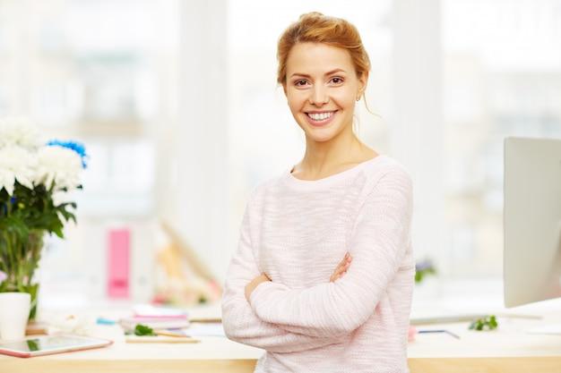 Retrato de mulher de negócios confiante Foto gratuita
