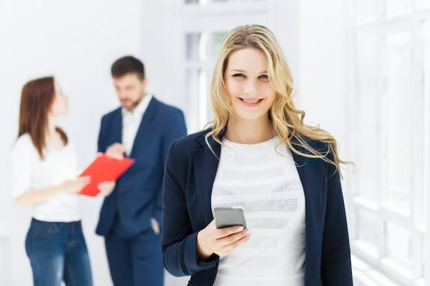 Retrato de mulher de negócios, falando no telefone móvel no escritório Foto gratuita
