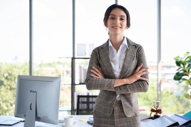 Retrato de mulher de negócios no escritório moderno Foto Premium