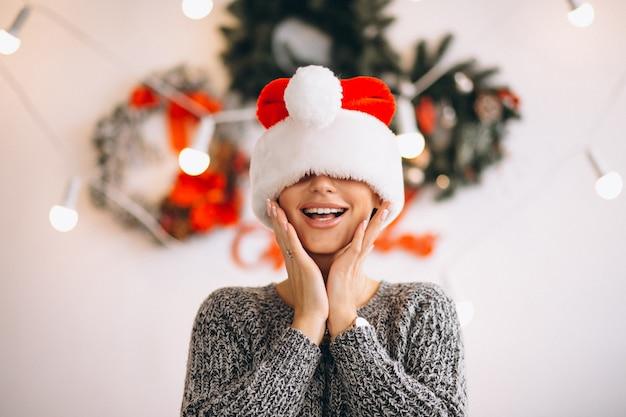 Retrato, de, mulher, em, chapéu santa, ligado, natal Foto gratuita
