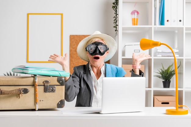 Retrato, de, mulher, em, escritório, preparado, para, verão, feriado Foto gratuita