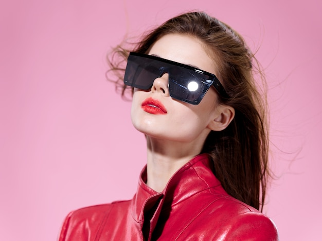 Retrato de mulher em óculos brilhantes incomuns, emoções de surpresa e felicidade Foto Premium