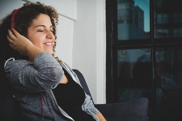 Retrato, de, mulher, escutar música, com, fones Foto Premium