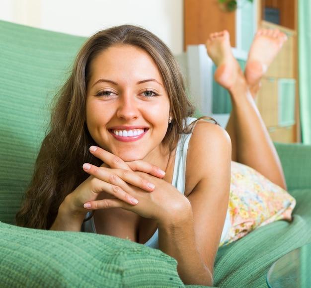 Retrato de mulher feliz em casa Foto gratuita
