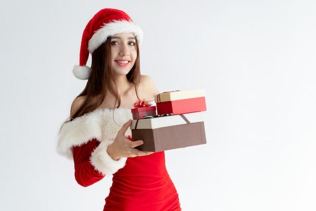 Retrato, de, mulher feliz, em, traje santa, segurando, presentes natal Foto gratuita