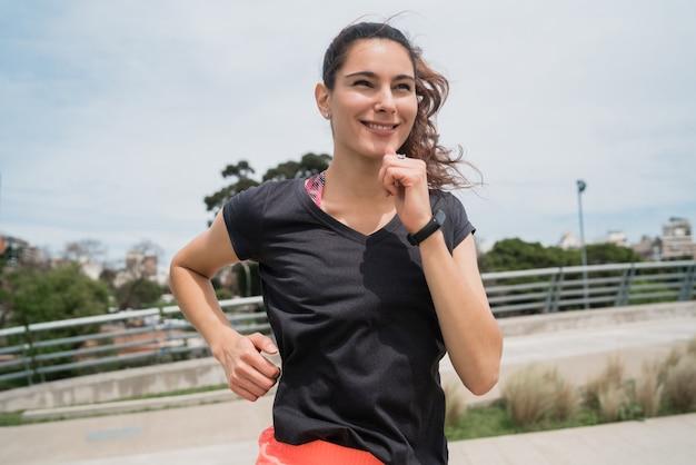 Retrato de mulher fitness correndo Foto gratuita
