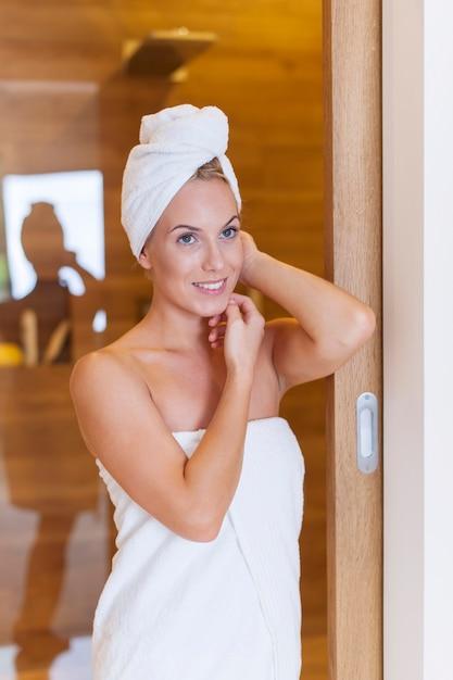 Retrato de mulher fresca depois do banho Foto gratuita