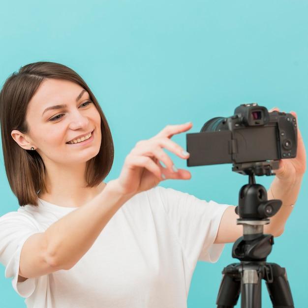 Retrato de mulher gravando em casa Foto gratuita