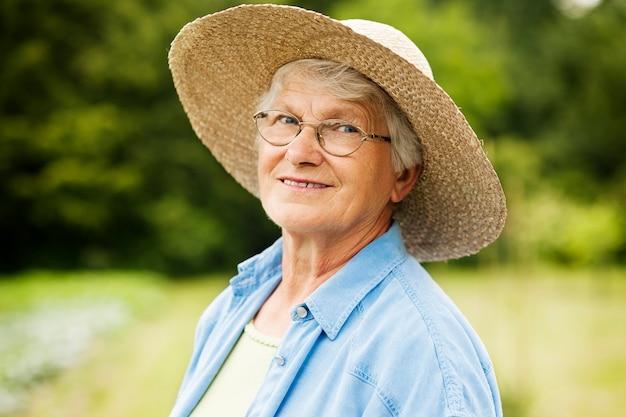 Retrato de mulher idosa Foto gratuita