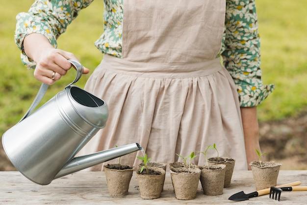 Retrato, de, mulher, jardinagem Foto gratuita