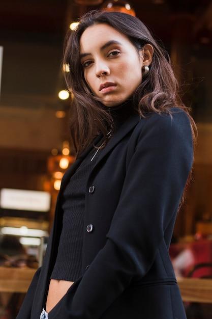 Retrato de mulher jovem bonita confiante Foto gratuita