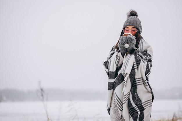 Retrato, de, mulher jovem, café bebendo, em, um, inverno, parque Foto gratuita