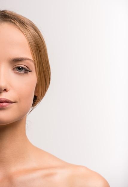 Retrato de mulher jovem e bonita com a pele limpa. Foto Premium