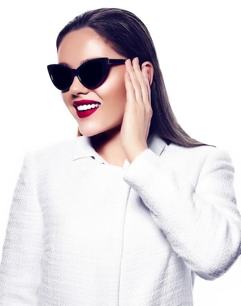 Retrato de mulher jovem e bonita elegante com óculos de sol Foto gratuita