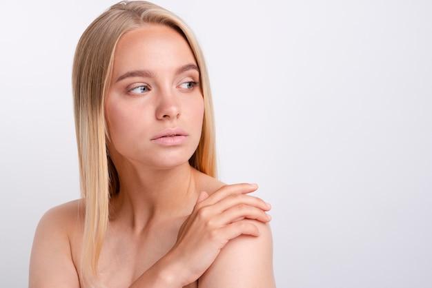 Retrato de mulher jovem e bonita olhando para longe Foto gratuita
