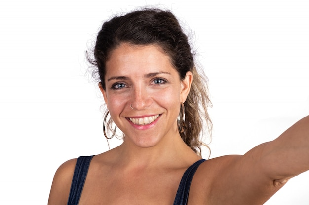 Retrato de mulher jovem e bonita tirando uma selfie Foto gratuita