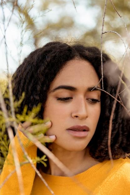 Retrato, de, mulher jovem, em, natureza Foto gratuita