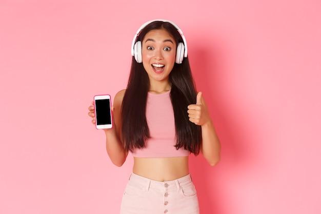 Retrato de mulher jovem expressiva com fones de ouvido ouvindo música Foto gratuita