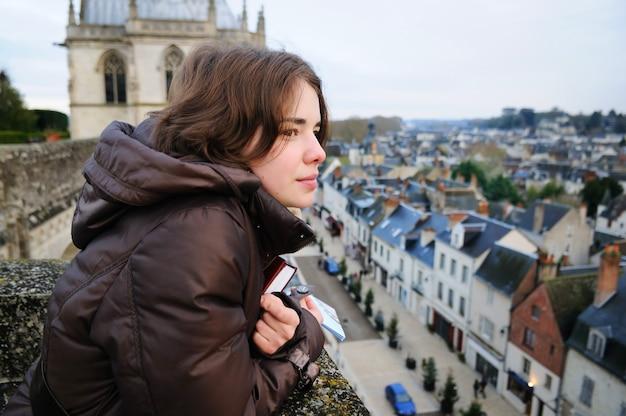 Retrato, de, mulher jovem, olhar, cidade pequena, (france, amboise) Foto Premium