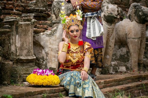 Retrato de mulher jovem sorridente em roupas tradicionais de bali Foto Premium