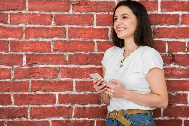 Retrato, de, mulher jovem, sorrindo Foto gratuita