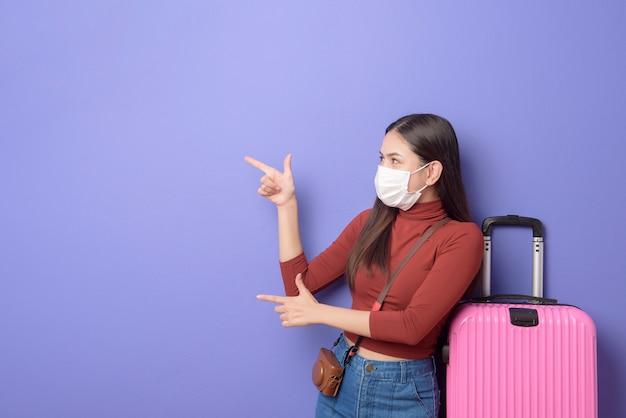 Retrato de mulher jovem viajante com máscara facial Foto Premium